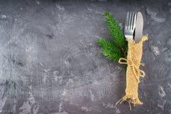 分叉与在袋装的一把刀子在灰色背景 免版税库存图片