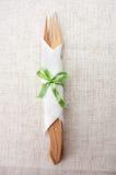 分叉和在餐巾的一把刀子在亚麻制材料 图库摄影