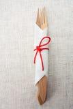 分叉和在餐巾的一把刀子在亚麻制材料 免版税库存照片