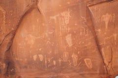 分娩场面刻在岩石上的文字在犹他 免版税库存图片
