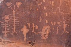 分娩场面刻在岩石上的文字在犹他 免版税库存照片