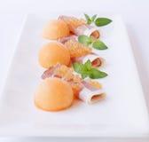 分子瓜鱼子酱、熏火腿和新鲜的瓜 库存照片