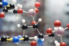 分子,脱氧核糖核酸和原子在科学研究实验室塑造 免版税图库摄影