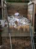 分层堆积与便条纸的一个混合肥料箱 免版税库存图片