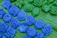 分层堆积在玫瑰色形状的甜蛋糕Khanom陈泰国传统点心 免版税图库摄影