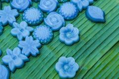 分层堆积在玫瑰色形状的甜蛋糕Khanom陈泰国传统点心 库存图片