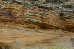 分层堆积在Clashach小海湾的砂岩 免版税库存照片