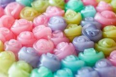 分层堆积甜蛋糕罗斯Kanom陈五颜六色的背景,泰国点心 免版税库存照片