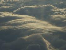 分层堆积积云覆盖在从平面窗口的日落 免版税库存图片