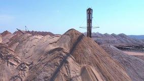 分布器的传动机控制台在操作时 一个空的岩石的运输对转储的 股票录像