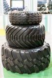 分开三拖拉机轮胎盖子 大卡车或拖拉机轮子黑色疲倦特写镜头 免版税图库摄影