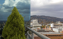 分开的视图大厦反映和城市 库存图片
