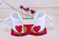 分开被分裂的独特的心形的咖啡杯 免版税库存图片