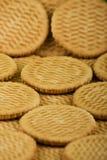 分散甜点的曲奇饼牛奶 库存照片