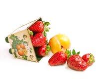 分散草莓 免版税库存照片