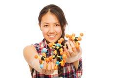 分析一个分子模型的亚裔研究员 免版税库存图片