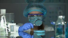 分析与放大镜,染料职员粉末的研究员蓝色颜料 股票视频