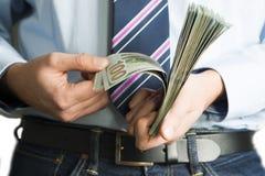 分析他的收入的雇员或商人,计数现金美元 库存照片