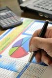 分析企业图表供以人员销售额 免版税图库摄影