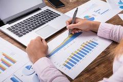 分析企业图表的女实业家 免版税库存图片