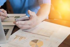 分析企业数据的财政工作者与膝上型计算机com一起使用 库存照片