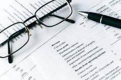 分析企业构成欧洲财务玻璃收入墨水货币笔语句 财务分析-收入报告 免版税库存照片