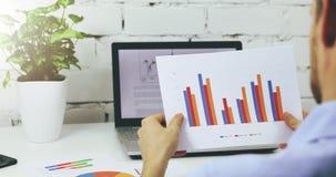 分析企业财政报告的商人 股票视频
