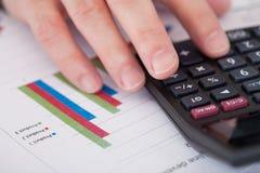 分析储蓄图的商人手 免版税库存照片