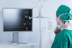 分析全身功能的外科医生 库存图片
