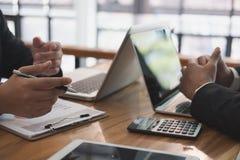 分析公司财政报告的企业顾问 Professiona 免版税库存图片