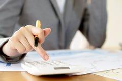 分析关于图的一名年轻女实业家报告与计算器 免版税库存图片