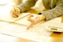 分析关于图的女实业家报告与计算器 免版税库存图片