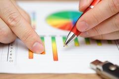 分析关于图表和dia的商人特写镜头企业数据 免版税库存图片