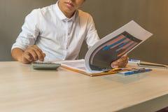 分析图关于计算器的财政会计文件数据 免版税库存照片