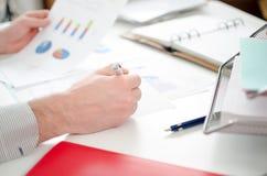 分析图形的生意人 免版税库存照片