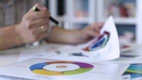 分析图形的生意人 影视素材