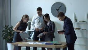 分析图表的企业队在办公室 股票视频