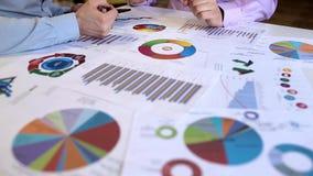 分析图表的商人在办公室 股票录像