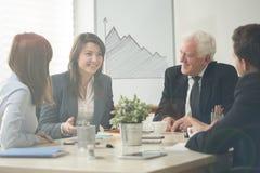分析在业务会议期间的数据 免版税库存照片