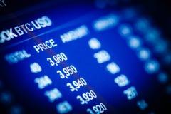 分析在交换股市上的数据:图和行情o 免版税库存图片