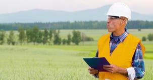 分析在剪贴板的工程师清单在庄稼中在农场 股票视频