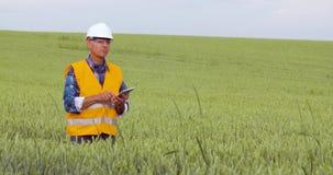分析在剪贴板的工程师清单在庄稼中在农场 影视素材