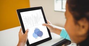 分析在片剂个人计算机的女实业家图表 免版税库存照片