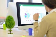 分析在计算机上的商人的背面图图表 免版税库存图片