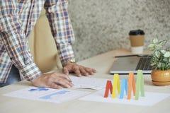 分析家与文件一起使用 免版税图库摄影