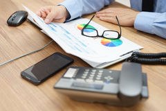 分析很多图表和企业数据的繁忙的商人在 库存图片