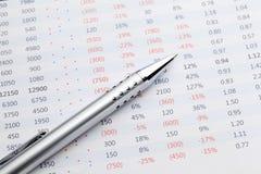 分析接近的数据手指裱糊铅笔视图妇女 免版税库存图片