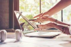 分析数据 关闭在创造性的办公室一会儿妇女的企业队的手指向在被提出的数据  免版税库存图片