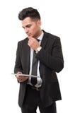 分析新的信息的商人 免版税库存图片