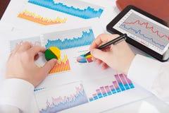 分析有些统计数据的生意人 免版税库存图片